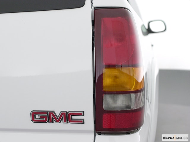 2001 GMC Sierra 2500HD Passenger Side Taillight