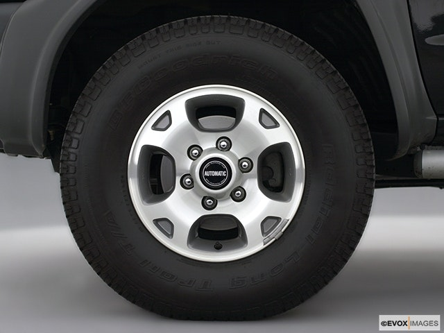 2001 Nissan Xterra Front Drivers side wheel at profile