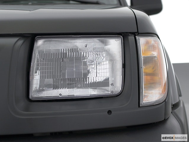 2001 Nissan Xterra Drivers Side Headlight