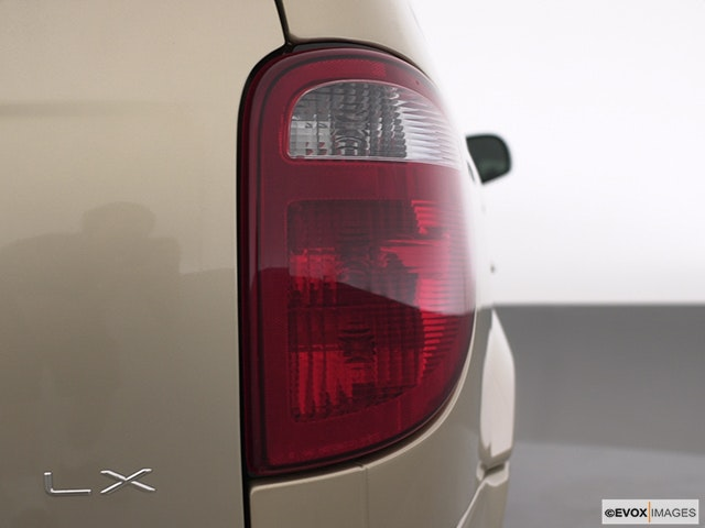 2003 Chrysler Town and Country Passenger Side Taillight