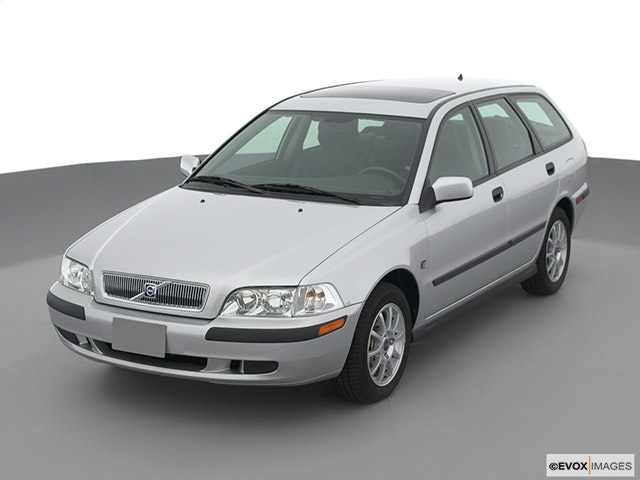 2003 Volvo V40 Front angle view