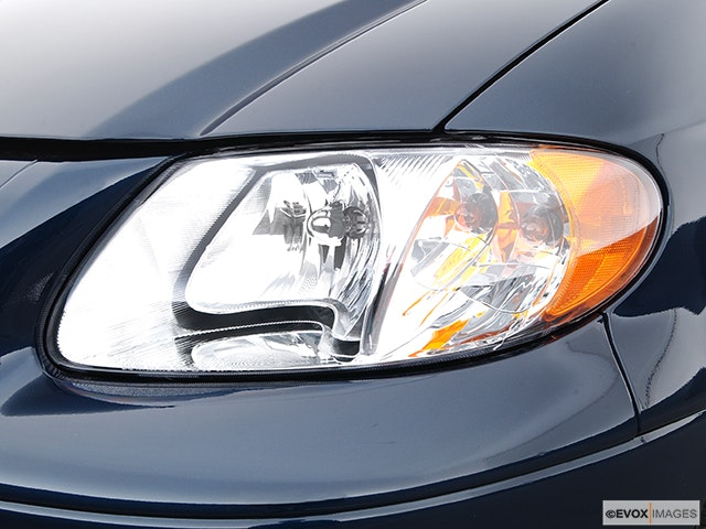 2004 Chrysler Town and Country Drivers Side Headlight