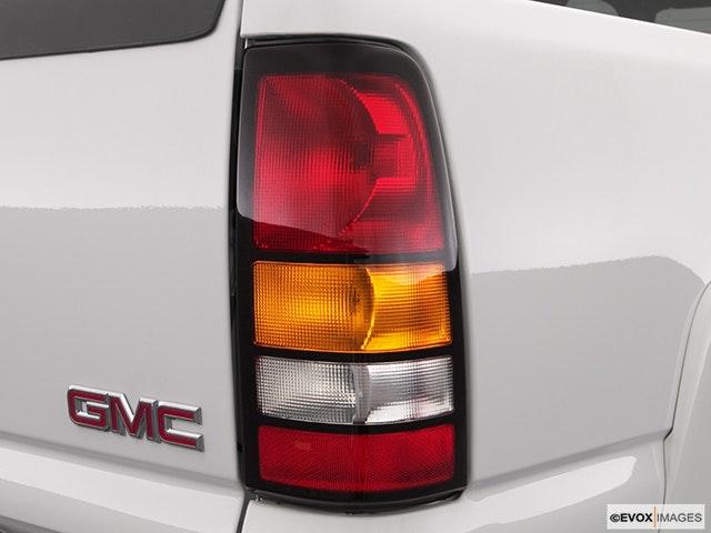 2004 GMC Sierra 2500HD Passenger Side Taillight