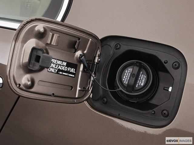 2004 Lexus LS 430 Gas cap open
