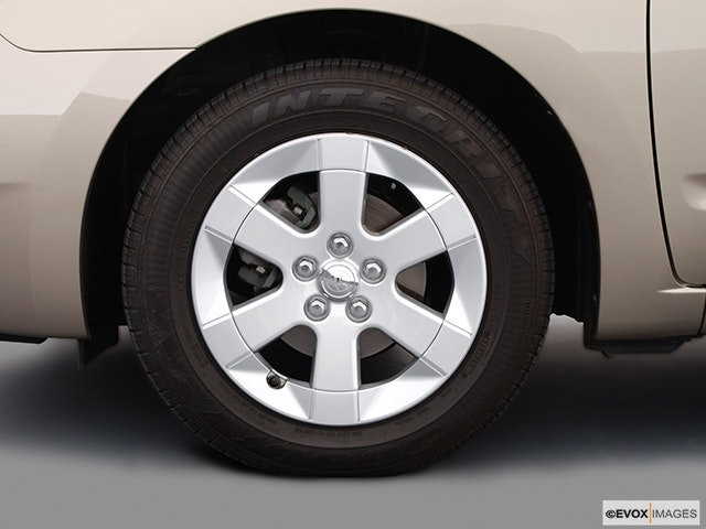 2004 Toyota Prius Front Drivers side wheel at profile