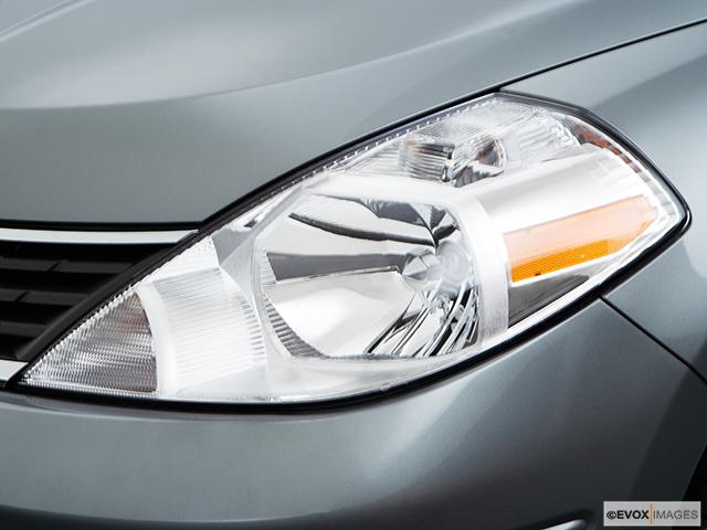 2008 Nissan Versa Drivers Side Headlight