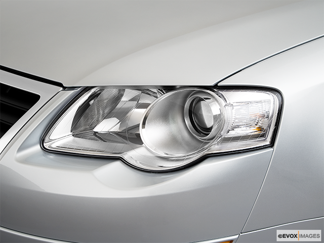2010 Volkswagen Passat Drivers Side Headlight