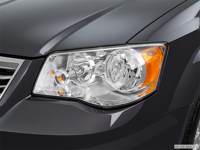 2015 Chrysler Town and Country Drivers Side Headlight