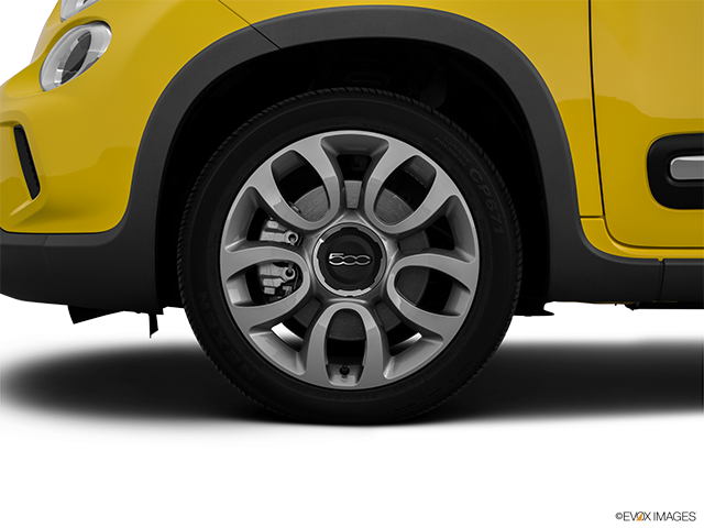 2015 FIAT 500L Front Drivers side wheel at profile